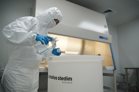 엑셀세라퓨틱스 기흥 소재 GMP 제조시설에서 생산직원이 배지 생산을 위해 원료를 배합통에 투입하고 있다.(사진=엑셀세라퓨틱스 제공)