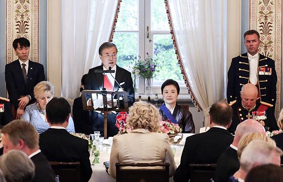 노르웨이를 국빈방문 중인 문재인 대통령이 12일 오후(현지시간) 오슬로 왕궁에서 열린 국빈만찬에서 하랄 5세 국왕의 만찬사에 대해 답사를 하고 있다. (사진=저작권자(c) 연합뉴스, 무단 전재-재배포 금지)