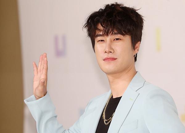 래퍼 산이가 2017년 10월 서울 아모리스홀에서 열린 '더 유닛' 제작발표회에서 포즈를 취하고 있다. (사진=저작권자(c) 연합뉴스, 무단 전재-재배포 금지)