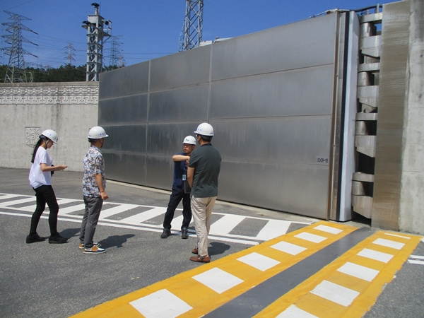 일본 후쿠시마 원전사고후 고리1호기 원전은 바닷물이 넘치지 않도록 차수문까지 설치하는 등 중대사고를 막기 위한 노력을 지속적으로 하고 있다.