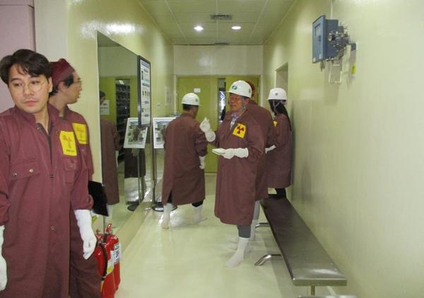 핵연료 저장조에 들어가기 앞서 방사능오염 방지옷과 캡, 장갑, 양말, 안전모까지 착용했다.