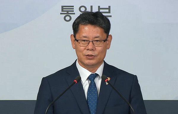 """김연철 통일부 장관은 19일 브리핑을 통해  """"정부는 북한의 식량상황을 고려해 그동안 세계식량계획과 긴밀히 협의한 결과 WFP를 통해 국내산 쌀 5만 톤을 북한에 지원하기로 했다""""고 밝혔다."""