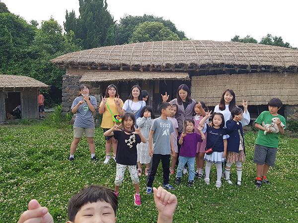김영진씨가 아이들과 즐거운 시간을 보내고 있다.