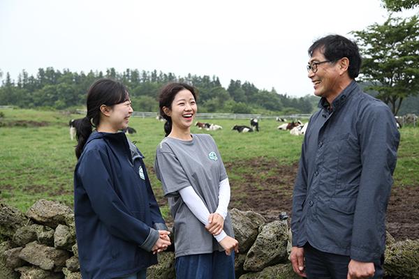 이성철 농업법인회사(주)아침미소 대표와 이유리(왼쪽)·현진주 주임.