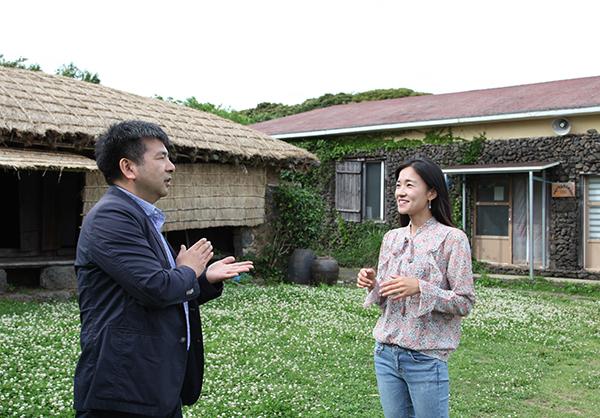 양기호 제주도 일자리과 주무관과 김영진씨가 대화를 나누고 있다.