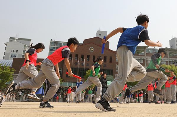 서울 한 초등학교에서 열린 체육대회에서 반 대항 계주 경기가 진행 중이다.(사진=저작권자 (c) 연합뉴스. 무단전재-재배포금지)
