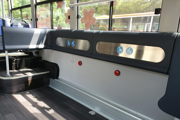의자 2~3개가 있을법한 자리가 빈 공간으로 이루어져 유모차나 휠체어 등 좁은 버스공간으로 대중교통이용이 어려운 약자에 대한 배려가 느껴졌다.