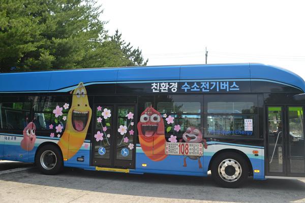 현대차의 양산 1호 차인 이 수소버스는 6일부터 창원에서 3대가 운행되며, 국내 시내버스 노선에 수소버스가 정식 투입되는 것은 전국에서 처음이다.