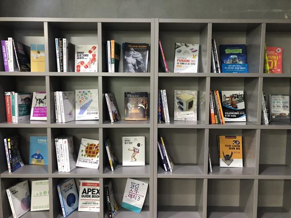 여러 프로그래밍 언어와 제조기기에 대한 책들이 마련되어 있다.
