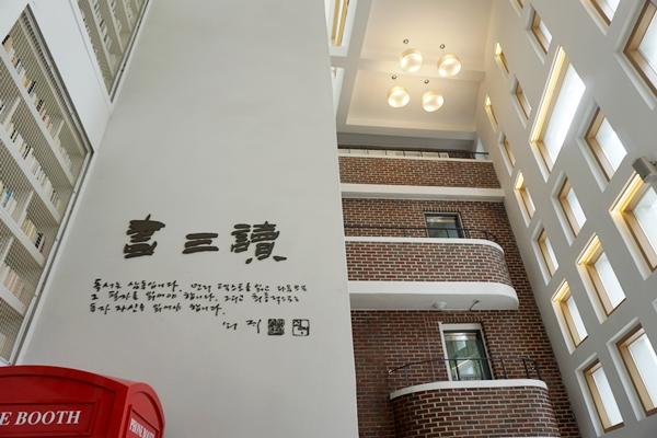 1층에 있는 공간은 5층까지 천장이 뚫려 시원한 멋을 준다.