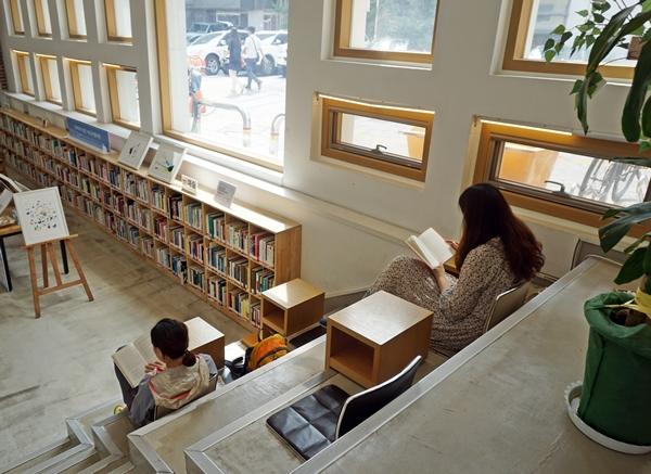 창으로 들어오는 햇빛과 함께 책으로 잠시 떠나볼 수 있는 공간.