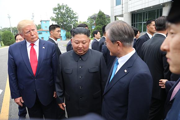 문재인 대통령이 30일 오후 도널드 트럼프 미국 대통령과 판문점을 방문해 김정은 북한 국무위원장을 만나고 있다. (사진=저작권자(c) 연합뉴스, 무단 전재-재배포 금지)