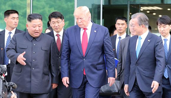 도널드 트럼프 미국 대통령, 김정은 북한 국무위원장이 30일 오후 판문점 남측 자유의 집에서 회동을 마친 뒤 문재인 대통령과 함께 군사분계선으로 이동하고 있다. (사진=저작권자(c) 연합뉴스, 무단 전재-재배포 금지)