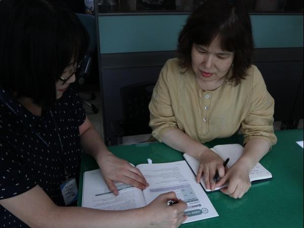 강동구 보건소 박지영 주임에게 성인예방접종 안내를 받고 있다.