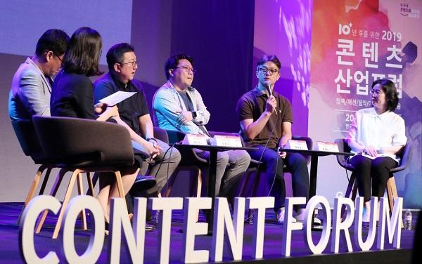 문화체육관광부는 4일 '2018 콘텐츠산업 통계조사' 결과를 발표했다. 사진은 26일 서울 광화문 CKL스테이지에서 방송산업계, 학계, 유관단체, 일반인이 참석한 가운데 콘텐츠산업의 지난 10년을 돌아보고 앞으로 10년간 지속가능한 성장을 위한 발전 방안을 모색하는 '2019 콘텐츠 산업 포럼'이 열리고 있다.