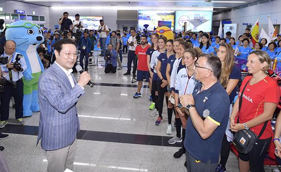 이용섭 광주시장을 비롯해 시민서포터즈 등 200여명은 7일 전남 무안국제공항에서 스페인 선수단의 한국 입국을 환영하는 행사를 열었다. (사진=조직위 제공)