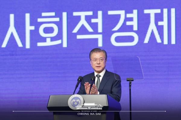 문재인 대통령이 5일 대전시 유성구 대전컨벤션센터에서 열린 제2회 대한민국 사회적경제 박람회 개막식에 참석하여 축사를 하고 있다.(출처=청와대 페이스북)