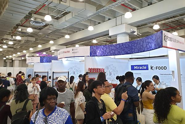 이달 6·7일 미국 뉴욕 제이콥 K. 재비츠 센터에서 열린 '2019 뉴욕 K-푸드 페어(K-Food Fair)'에서 관람객들이 '미래클 케이푸드(K-Food)'를 구경하고 있다(사진=aT한국농수산식품유통공사)