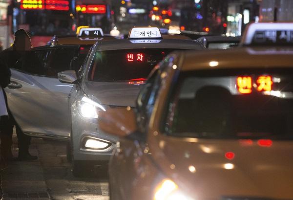 과학기술정보통신부는 서울 일부지역의 경우 심야시간에 이동 경로가 비슷한 승객이 동승을 원하면 요금을 절반가량씩 내고 택시를 이용할 수 있게 되는 '반반택시'를 규제샌드박스 사업으로 승인했다고 11일 밝혔다.(사진=저작권자(c) 연합뉴스, 무단 전재-재배포 금지)