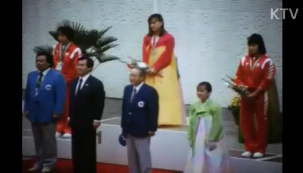86 서울아시안게임서 2관왕을 차지한 최윤희(가운데) 선수 시상식 모습.(출처=KTV e영상역사관)