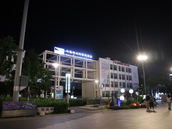 수영대회 기간 다양한 광주축제가 열리는 국립아시아문화전당 앞 야경