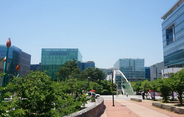 판교는 한국의 실리콘밸리로 불린다. 제1테크노밸리는 2012년 입주를 완료했고 현재 제2.3 테크노밸리를 조성중에 있다. 모두 완공되면 아시아 최고의 테크노밸리가 될 것이다.