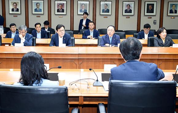 """日 수출규제 대응 관계장관회의…""""기업 피해 최소화"""""""