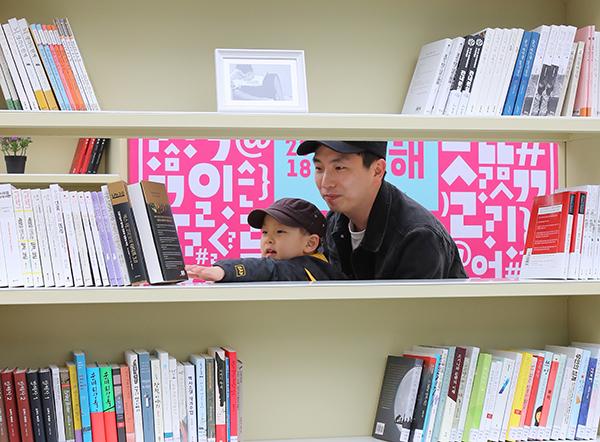 지난 4월 '세계 책과 저작권의 날'을 맞아 개막한 '누구나 책, 어디나 책' 행사장을 찾은 한 어린이가 아빠와 책을 구경하고 있다. (사진=저작권자(c) 연합뉴스, 무단 전재-재배포 금지)