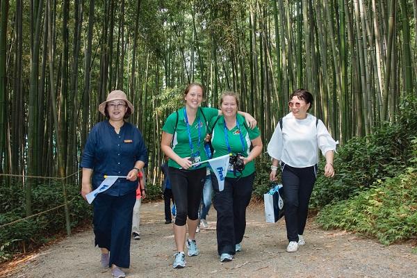 제니퍼 선수(가운데왼쪽)와 린 코치는 광주시와 시민서포터즈의 지원으로 죽녹원에서 남도의 자연과 문화를 즐기고 있다.(사진=조직위 제공)