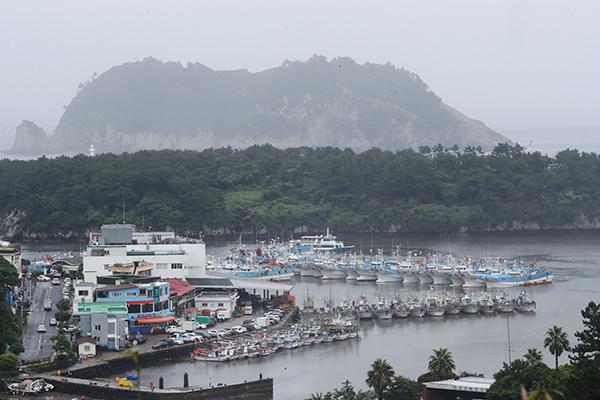 태풍 '다나스'가 북상 중인 18일 오후 제주 서귀포항에 어선들이 대피해 있다. (사진=저작권자(c) 연합뉴스, 무단 전재-재배포 금지)