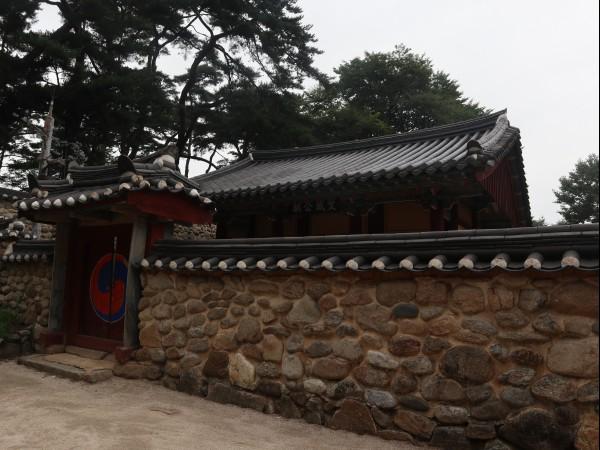 문성공묘는 선현들의 위패를 모셔둔 사당으로 평상시 문이 닫혀 있다.