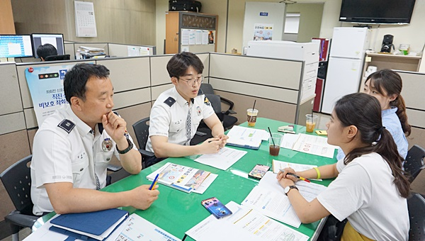 김동주 경감과 윤영권 경위가 안전속도 5030에 대해 설명 중인 모습