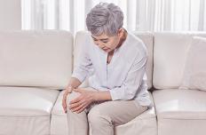 무릎이 시리고 삐걱?…무릎관절증의 증상 및 예방법