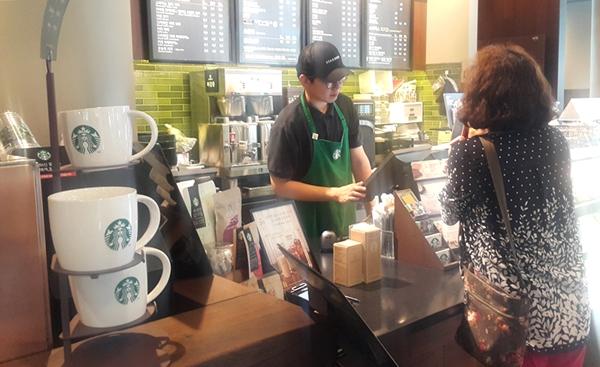 커피 전문매장에서 사용하던 1회용컵이 자취를 감추었다. 정부가 1회용컵 사용을 전면 금지시켰기 때문이다. 시행 1년만에 매장은 머그컵 등 다회용컵으로 커피를 주고 있다.