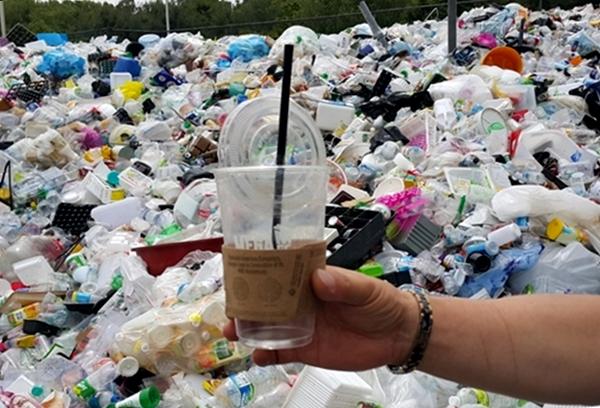테이크아웃 커피컵은 종이, 빨대, 플라스틱 세 가지로 분리해서 버려야 하는데, 버리는 사람이 분리해서 버리지 않고 재활용선별장에서도 인력난으로 일일이 분리하기 어렵기 때문입니다.
