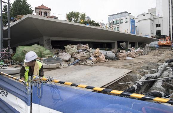 한낮 무더위속에 근로자가 건설현장에서 작업을 하고 있다. (저작권자(c) 연합뉴스, 무단 전재-재배포 금지)
