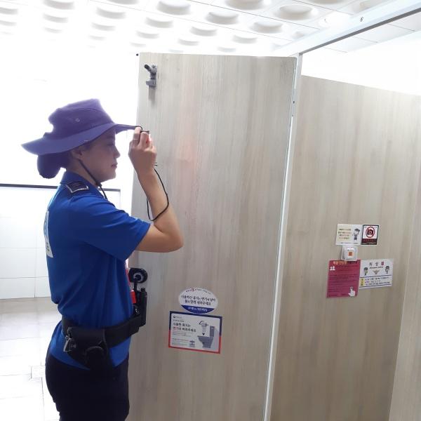 여름경찰서에서는 순찰 시에 불법카메라 단속을 위한 카메라 탐지 장비를 이용한다. 불법 카메라가 설치되어 있을 경우, 화면에 카메라가 감지된다고 한다.