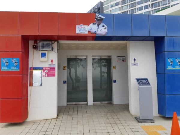불법촬영 근절을 위한 조형물이 부착된 해수욕장 내 공중화장실.