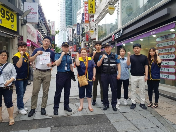 거리상담뿐 아니라, 경찰과 함께 거리에서 청소년들을 만나는 거리 홍보도 진행했다. 쉼터와 거리 상담 등을 홍보함과 동시에 거리의 아이들을 직접 만날 수 있는 기회를 더 많이 만들기 위함이다.(사진=서울특별시 금천청소년쉼터 제공)