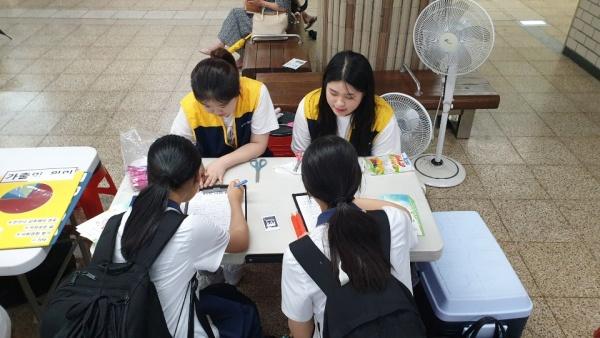 신림역 내에서 청소년들에게 상담을 진행하고 있다. 이번 거리상담에서는 청소년들이 관심을 가질만한 아르바이트, 성(性) 지식, 가정 밖 청소년 등 여러 가지 주제를 바탕으로 다양한 활동을 준비했다.(사진=서울특별시 금천청소년쉼터 제공)