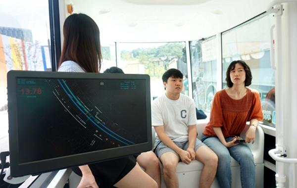 자율주행차량이 판교 테크노밸리 일대를 혼자서 잘도 간다. 모니터에는 제로셔틀 주변을 오가는 차량들을 실시간으로 모니터링 할 수 있다.
