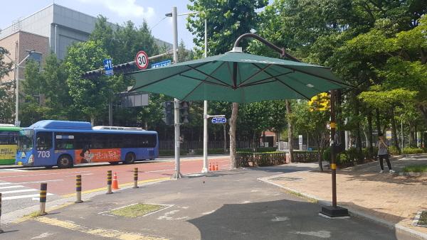 횡단보도, 버스정류장에 설치된 그늘막.