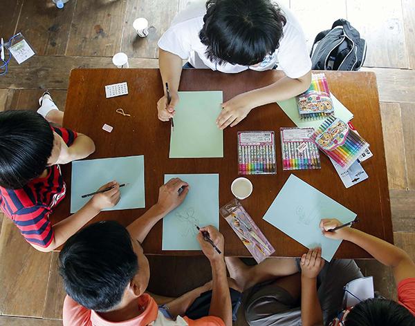 충남 논산 윤증 고택에서 열린 '상상력 학교'에서 어린이들이 '인문학 교실' 교육을 받고 있다. (사진=저작권자(c) 연합뉴스, 무단 전재-재배포 금지)