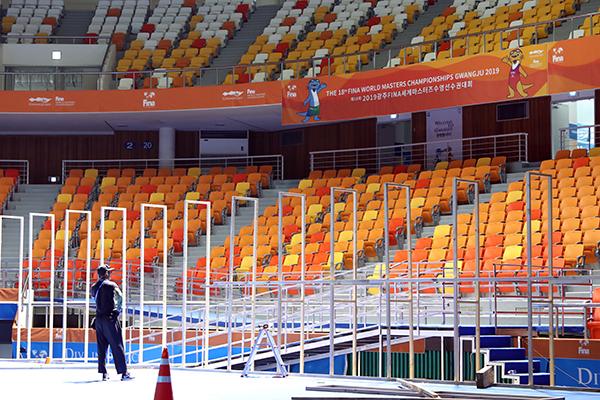 광주 서구 염주체육관에 마련된 아티스틱수영 경기장에서 선수권대회 당시 설치한 시설을 교체하는 작업이 이뤄지고 있다.(사진=저작권자(c) 연합뉴스, 무단 전재-재배포 금지)