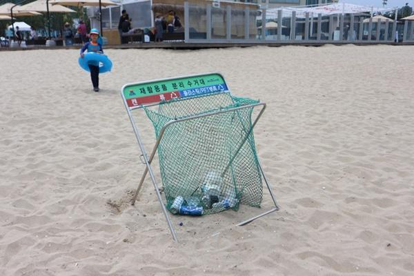 백사장에 쓰레기를 무단 투기하는 것을 막고자 설치된 쓰레기통.