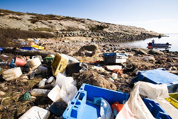 파도에 실려 떠내려 온 해양 플라스틱을 비롯한 해양 쓰레기들.