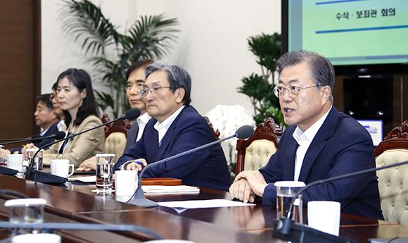문재인 대통령이 12일 오후 청와대에서 열린 수석·보좌관회의에서 발언하고 있다. (사진=저작권자(c) 연합뉴스, 무단 전재-재배포 금지)