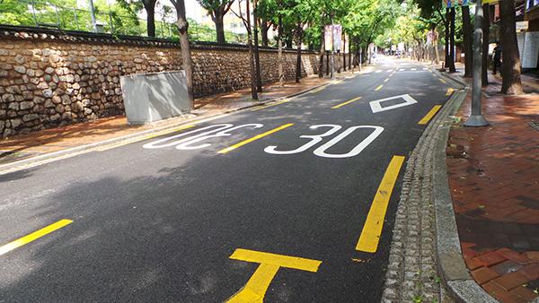 시속 30km 이하로 주행해야 하는 정동길.