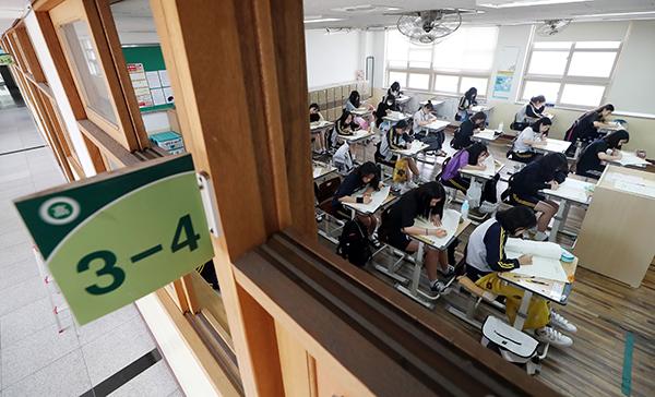 인천시 중구 인일여자고등학교에서 학생들이 전국연합학력평가 시험을 치르고 있다. (사진=저작권자(c) 연합뉴스, 무단 전재-재배포 금지)