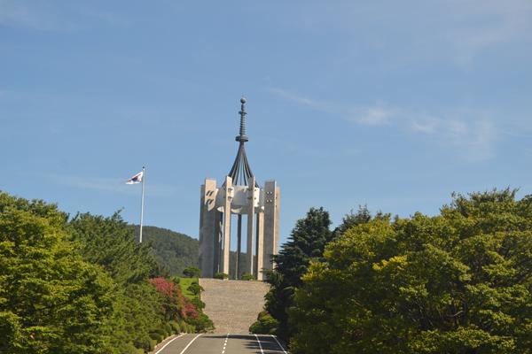 부산민주공원 내 충혼탑은 나라와 겨레를 위해 순직한 국군장병과 경찰관, 부산 출신 애국영령을 모신 위령탑이다.